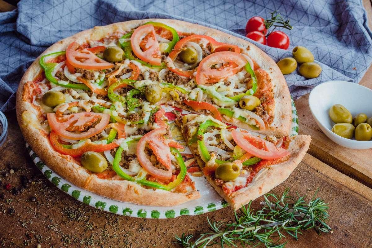 (pelati, sir, mleto meso, čebula, olive, paradižnik, paprika, origano)