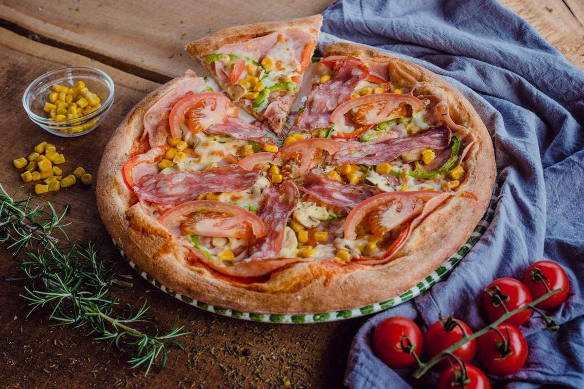 (pelati, sir, šunka, šampinjoni, savinjski želodec, paprika, paradižnik, koruza, origano)